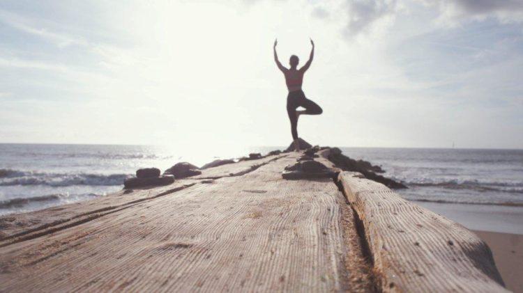Beneficios de la actividad física en deporte como el yoga