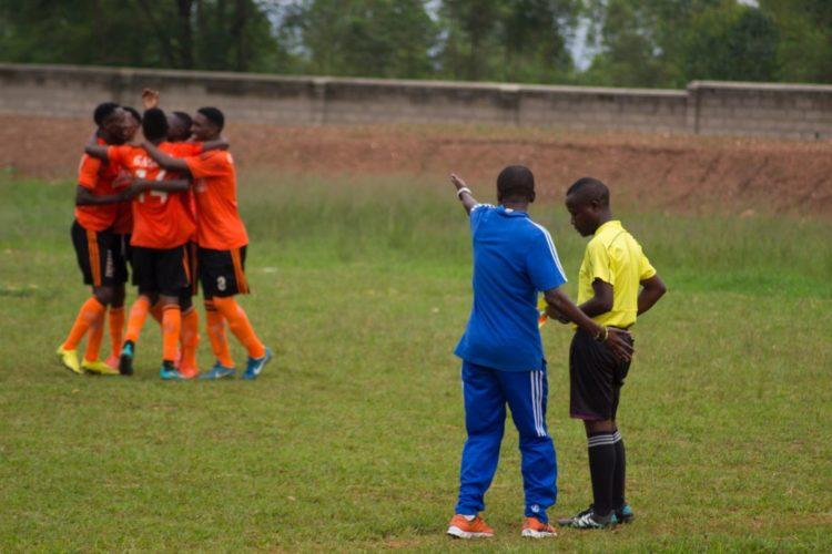 Entrenador de fútbol y la deportividad