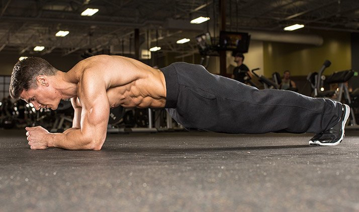 Ejercicios en el gimanasio para mejorar brazos, abdomen con las planchas.